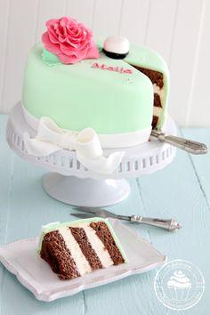 Pullahiiren leivontanurkka: Kinuskinen Daim-juustokakku / Daim Caramel cheesecake (no bake) Caramel Cheesecake, Feta, Bakery, Cupcakes, Desserts, Tailgate Desserts, Cupcake, Deserts, Bakery Business