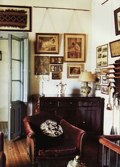 The New Victorian Ruralist: Yes! Now this is what I call a gallery wall...