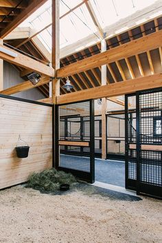 A Beautiful & Modern Stable in Utah clean stalls with fresh hay, take a tour of this barn on Stable Style.clean stalls with fresh hay, take a tour of this barn on Stable Style. Dream Stables, Dream Barn, Horse Stables, Horse Farms, Luxury Horse Barns, Small Horse Barns, Horse Barn Designs, Barn Stalls, Horse Barn Plans