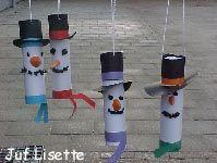 Sneeuwpoppen van wc rollen voor het raam hangen