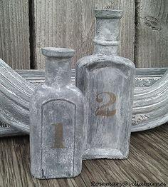 Oude flessen met grey wash verven geeft een landelijk effect.