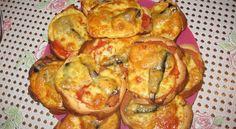 Горячие бутерброды со шпротами, помидором и сыром.