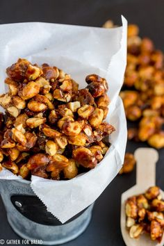Sweet and Crunchy Peanuts - Glazed peanuts with a sweet homemade mixture of sugar and butter for easy snacking. Perfect for the holidays! Homemade gift from your kitchen to theirs. Candy Recipes, Dessert Recipes, Desserts, Easy Gifts, Homemade Gifts, I Want To Eat, Easy Snacks, Peanuts, Family Meals