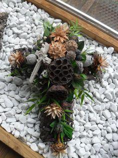 Uctite si pamiatku zosnulých krásnym venčekom, ktorý si viete vyrobiť aj sami, poprípade si ho viete dať urobiť v každom kvetinárstve. Nechajte sa inšpirovať zbierkou krásnych kytíc v tvare srdiečka alebo v tvare krížika.... Cemetery Decorations, Table Decorations, Christmas Wreaths, Christmas Crafts, Entertainment Center Decor, Wooden Ornaments, Funeral Flowers, Black Flowers, Nature Decor