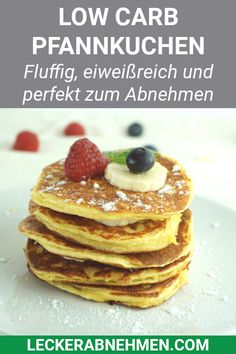 Low Carb Pfannkuchen mit Quark und Mandelmehl – Rezept zum Abnehmen Delicious low carb pancakes with curd cheese and almond flour. This healthy recipe without carbohydrates is perfect for losing weight. Slimming Recipes, Low Carb Recipes, Law Carb, Healthy Desserts, Healthy Recipes, Protein Recipes, Healthy Foods, Salad Recipes, Low Carb Pancakes