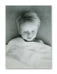 This beautiful boy died of meningitis. Victorian Photos, Victorian Era, Memento Mori, Old Photos, Vintage Photos, Post Mortem Pictures, Sleep Forever, Post Mortem Photography, Schaefer