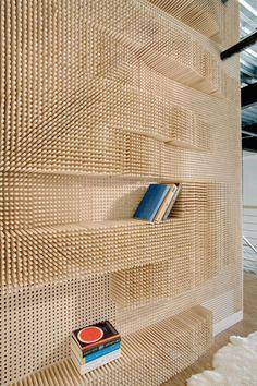 Sculpturaal wandmeubel Catch a wave shelf van Merge architects bestaat uit wel 40.000 deuvels of houtpluggen in verschillende lengtes