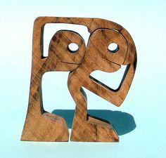 Het is een tekst van Stig Dagerman de stijve hoofden nam het op het album Banco (https://www.youtube.com/watch?v=IlMuME9GhZo) hoogte: 8 cm breedte: 7 cm dikte: 2 cm het hout dat gebruikt is van walnoot getekende (waarschijnlijk tijdens een vergadering), knippen (thuis)