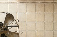 Travertino Chiaro 10, Crema/Travertino 10 Listello FO. ATLAS CONCORDE Stone Marble. Piano e rivestimento nello stesso colore chiaro, con inserimento di listello decorativo lungo il rivestimento (magari in color verde per richiamare il colore dei mobili).