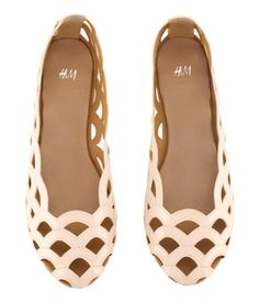 Scalloped H + M Flats.I want these and that's saying a lot since they are flats and not heels. Fashion Mode, Fashion Shoes, Womens Fashion, Planet Fashion, Girl Fashion, Cute Shoes, Me Too Shoes, Pretty Shoes, Beautiful Shoes