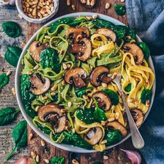 Vegan Mushroom Pasta with Spinach -A quick recipe for Vegan Mushroom Pasta with Spinach. This pasta dish is delicious, healthy and easy to make. It's ready in only 15 minutes and makes a perfect simple dinner or lunch. Vegan Mushroom Pasta, Vegan Pasta, Mushroom Recipes, Vegan Spaghetti, Pasta With Mushrooms, Mushroom Food, Vegan Stuffed Mushrooms, Cooking Spaghetti, Garlic Mushrooms