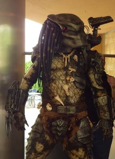 In 1987 Stan Winston Studios created one of the most iconic creatures to grace the silver screen- the Predator. An actor named Kevin Peter Hall played the Predator. Diy Halloween Costumes, Cool Costumes, Halloween Fun, Costumes Kids, Halloween Projects, Predator Cosplay, Predator Costume, Predator Movie, Predator Alien
