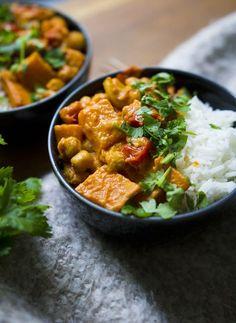 Tänään pengoin kaappien sisältöä (alkuperäistarkoituksenani suorittaa jonkinasteinen syyssiivous, yhyh) ja löysin purkillisen ihanaa punaista, thaimaalaista currytahnaa, jonka olemassaolon olin melkein unohtanut. Tulos: instant curryhimo ja good bye syyssiivous. Koska olin laiskalla tuulella, päätin tyhjentää curryyn kaappieni muunkin sisällön ja välttyä syyssiivouksen lisäksi myös kaupassa käymiseltä, hoh-hooooo. Onnekseni minulla oli valmiina kaapissa a) bataattia b) kikherneitä ja c)… I Love Food, Good Food, Yummy Food, Veggie Recipes, Vegetarian Recipes, Healthy Recipes, Pesco Vegetarian, Vegan Foods, My Favorite Food