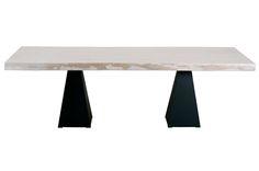 Αναδείξτε το σαλόνι σας! 💯 👉Τραπεζαρία από μασίφ ξύλινη επιφάνεια και βάση από μεταλλικά πόδια σχήματος πυραμίδας.