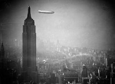 1936 - El dirigible alemán Hindenburg sobrevuela el Empire State Building, en Manhattan, New York