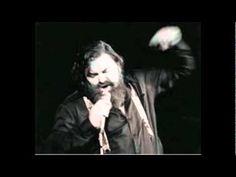 """Han hedder Johnny Mogensen. Han er sanger. Her synger han sangen """"Sidder på et værtshus""""."""