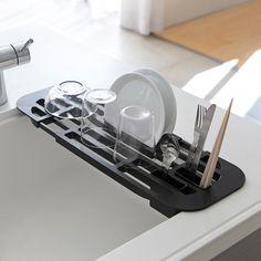 シンクの角にぴったりフィット「伸縮水切りラック タワー」のご紹介です。伸縮可能で、シンクの内寸約38~55cmまでに対応。スリットを利用してお皿を立てて水切りすることもできます。延長棚としてもお使いいただけるので調理スペースの拡大にも◎好きな位置に取り付け可能なカトラリーポケット付きです。丸みのある形状でシンクの角にフィットしやすい設計になっています。  ■SIZE:約W44~61×D17.5×H1.6cm  #home#tower#水切り#水切りラック#水切りかご#キッチン#キッチンツール#キッチン雑貨#キッチン収納#お皿#器#収納術#整理整頓#整理収納#暮らし#丁寧な暮らし#シンプルライフ#おうち#北欧#北欧インテリア#ナチュラル#収納#シンプル#モダン#便利#おしゃれ #雑貨 #yamazaki #山崎実業