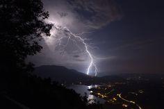 Coup de foudre extranuageux près du Lac d'Aiguebelette (Savoie)