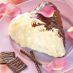 After-eight-Kuchen  Zutaten      200 g weiche Butter     200 g Zucker     1 Päckchen Vanillezucker     4 Eier     300 g Mehl     1 Päckchen Backpulver     150 g After eight     2 EL Aprikosenkonfitüre     je 100 g weiße und dunkle Kuvertüre     20 g Kokosfett     Fett für die Form