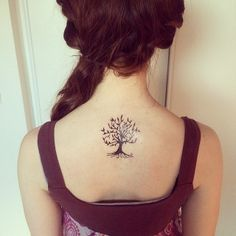 tatouage discret haut du dos femme