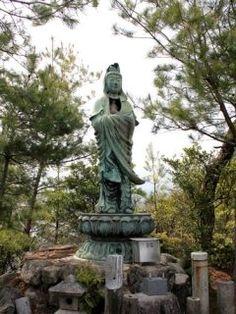 広島県廿日市市にある子持観音を紹介します 子持観音は観音崎という岬に立てられていて古来水難と平和加護のために 深江湾の小島に安置されていました しかしながら参詣に不便なことから現在の位置に移されたんだそうです 高さはおよそ3メートル余りの銅像ですが近くで見ると意外と大きいですよ 旅行中にたまたま見つけた観音様ですが皆さんも近くに行った時には見つけてみてくださいね tags[広島県]