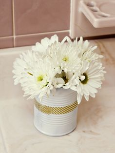 Recycle Aluminum Cans into Washi Tape Flower Vases - Sarah Hearts Small Flower Centerpieces, Flower Vases, Tapas, 50s Theme Parties, Diy Cans, Aluminum Cans, Masking Tape, Washi Tapes, Centre Pieces