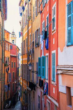 Kijk je ogen uit in de gekleurde straten en buurten van Nice, Frankrijk.