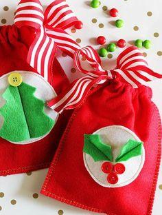Tal vez no hagas ninguna manualidad para regalar, pero todavía puedes agregar un poco de tu amor y dedicación a los regalitos con estas preciosas bolsitas de regalos navideños, sobre todo para sorprender a los niños y lo mejor de todo es que son bastante fáciles y económicas de realizar, algo muy im