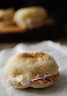Tigelle modenesi in padella con crescenza e prosciutto  Ricetta convertita: PM Solida gr. 60 Farina gr. 160  Acqua gr. 80 Latte gr. 80