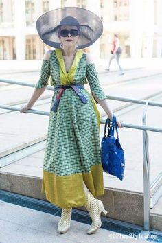 Discover how to dress after find fashion over 40 inspiration, get the best beauty tips and disover how to make life after fun and rewarding! Mature Fashion, Fashion Over 50, Star Fashion, Fashion Outfits, 50 Style, Fashion Bubbles, Looks Street Style, Advanced Style, Ageless Beauty