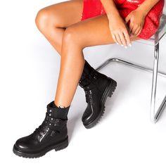 Grumman αρβυλάκι τόκες από γνήσιο δέρμα  σε μαύρο χρώμα. Είναι διακοσμημένο με τοκάδες και μεταλλικά διακοσμητικά στοιχεία. Διαθέτει εσωτερικό φερμουάρ για πρακτικούς λόγους. Το πέλμα τους είναι εύκαμπτο από καουτσούκ και το τακούνι τους έχει ύψος 2 εκ. Συνδύασε τα τόσο με skiny jeans και oversized πουλόβερ όσο και με μακρυά floral φορέματα και φούστες. Φόρεσέ τα από το πρωί για μια στυλάτη casual εμφάνιση αλλά και το βράδυ για πιο chic περιστάσεις. Poses, Booty, Ankle, Fashion, Photo Ideas, Figure Poses, Moda, Swag, Wall Plug