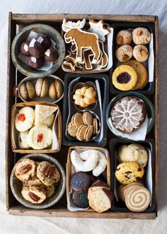 Tips and tricks for creating a beautiful box of cookies Holiday Cookies, Holiday Treats, Christmas Treats, Holiday Recipes, Christmas Cookie Boxes, Cookie Tray, Cookie Gifts, Food Gifts, Cookie Gift Boxes