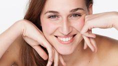 Chcesz wzmocnić działanie kremu i pozbyć się zmarszczek? Nasza ekspertka, Ania Małecka, nauczy cię jak prawidłowo zrobić odmładzający masaż twarzy!
