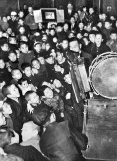 紙芝居は戦後から24年までその出し物に付き全てGHQ(連合軍総司令部)の検閲を受けておったそうです。25年になりやっと解禁されました。戦前の黄金バットなどが復活し、大人気でした。