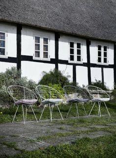 Gartenmöbel mit nicht-typischen Aussehen verbreiten im Garten Wohnzimmeratmospäre. #homestory #homestoryde #home #garden #furniture #inspiring  #flowers