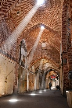 The Bazaar of Tabriz, Iran (Persian بازار تبریز, Bāzār-e Tabriz) is one of the oldest bazaars of the Middle East and the largest covered bazar in the world. It was inscribed as World Heritage Site by UNESCO in July 2010 Persian Architecture, Art And Architecture, Healthcare Architecture, Level Design, Teheran, Kairo, Persian Culture, D House, Destination Voyage