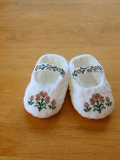 花刺繍のベビーシューズ:窓際のオリーブ