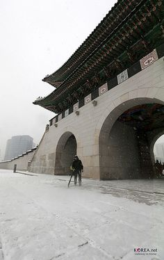 Photo Sketch of Heavy Snowfall in Seoul (Gyeongbokgung Palace, December Seoul Korea, North Korea, Living In Korea, Photo Sketch, Korean Wave, Capital City, Old Pictures, Emperor, Travelling
