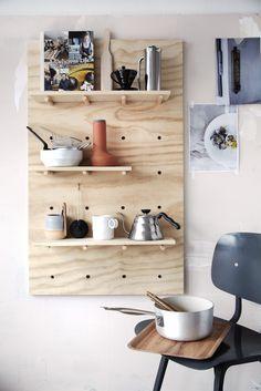 Lag en dekorativ hylle i tre til kjøkkenveggen, eller andre vegger i huset.