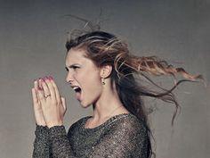 Non hai avuto tempo per fare uno shampoo e i tuoi capelli fanno davvero schifo? Prova questi trucchi!