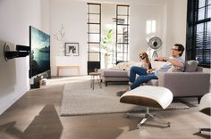 The MotionSoundMount is also impressively easy to use. When the TV is switched on, the MotionMount turns in one flowing movement to the last selected viewing position. A separate remote control isn't necessary.