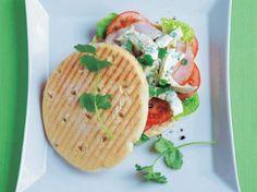 Kräuter-Mayonnaise, Tomaten und Hühnchen - das sind die Zutaten für ein herrlich leichtes Geflügel-Panini. Star-Köchin Cornelia Poletto zeigt Ihnen, wie die mediterrane Vorspeise ganz einfach gelingt. www.fuersie.de/kochen/polettos-rezepte/download/gefluegel-panini-mit-koriander-mayonnaise-und-tomaten