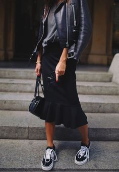 Schwarze Lederjacke schwarzes T-Shirt schwarzer Midirock schwarze Vans Black Women Fashion, Look Fashion, Fashion Models, Winter Fashion, Womens Fashion, Skirt Outfits, Casual Outfits, Fall Outfits, Modest Fashion