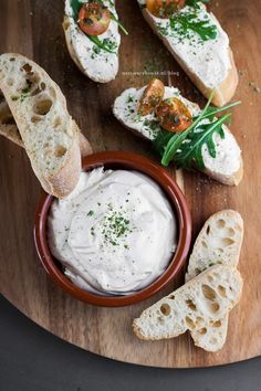 Make your own feta spread - spreadable feta with 2 ingredients Bbc Good Food Recipes, Vegetarian Recipes, Yummy Food, Healthy Recipes, Tapas, Chutney, Party Deco, Herb Butter, Happy Foods