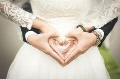 JAK ZAOSZCZĘDZIĆ Piękny ślub i wspaniałe wesele są marzeniem wielu kobiet, ale znalezienie odpowiedniego partnera bywa łatwiejsze niż organizacja idealnego wesela. Koszty imprezy potrafią spędzać sen z powiek, dlatego podpowiadamy jak uniknąć rozpoczęcia nowej drogi życia z pustkami w portfelu.