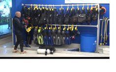 Op deze foto is de duikuitrusting te zien die gebruikt wordt voor het duiken en snorkelen in het aquarium.