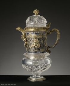 arge ewer rock crystal and gilded silver Louvre. This work was in 1689 in the collections of the Dauphin Louis de France (1661-1711), a great lover of hard stone as his father King Louis XIV (1638-1715).