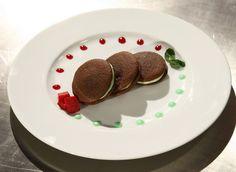 Reteta Iuliana Scarlat: Whoopie pie cu sfecla rosie si menta - www.Foodstory.ro Cooking Ideas, Sweet Recipes, Biscuits, Pie, Tasty, Favorite Recipes, Sweets, Breakfast, Healthy
