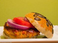 Veggie Burger mit Kürbis & Joghurt-Sesam-Sauce