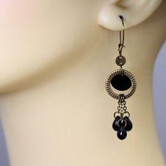 Boucles d'oreilles en métal couleur bronze, sequin noir et gouttes en verre noires